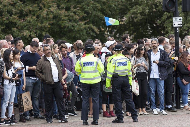Metropolita milicyjny i turystyczny czekanie dla ceremonialnego odmieniania Londyńscy strażnicy, Londyn, Zjednoczone Królestwo obraz stock