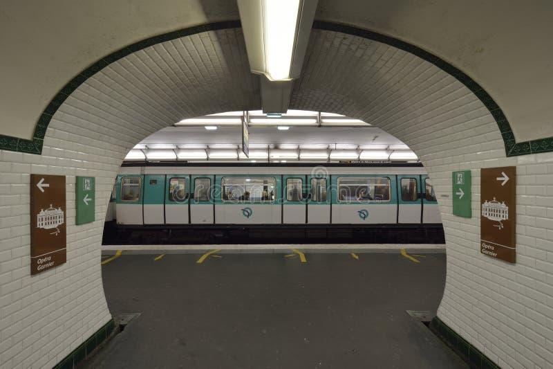 Metropolita Paryż - Stacyjny Opéra fotografia royalty free