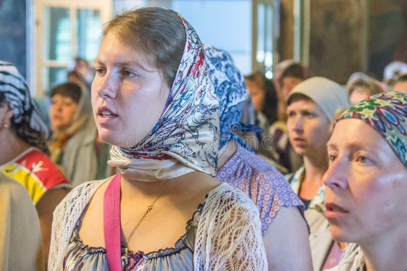 Metropolitaans vierde de goddelijke Liturgie in de Russische Orthodoxe Kerk stock foto's