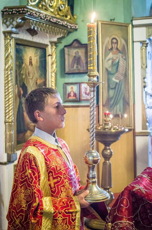 Metropolitaans vierde de goddelijke Liturgie in de Russische Orthodoxe Kerk royalty-vrije stock afbeeldingen