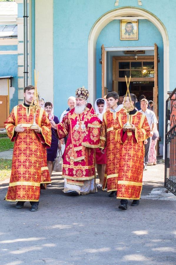 Metropolitaans vierde de goddelijke Liturgie in de Russische Orthodoxe Kerk royalty-vrije stock afbeelding