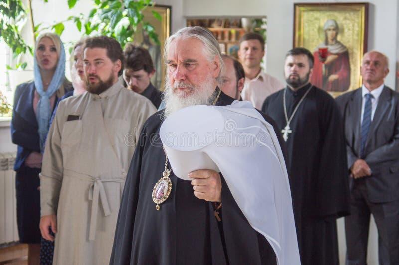 Metropolitaans vierde de goddelijke Liturgie in de Russische Orthodoxe Kerk stock foto