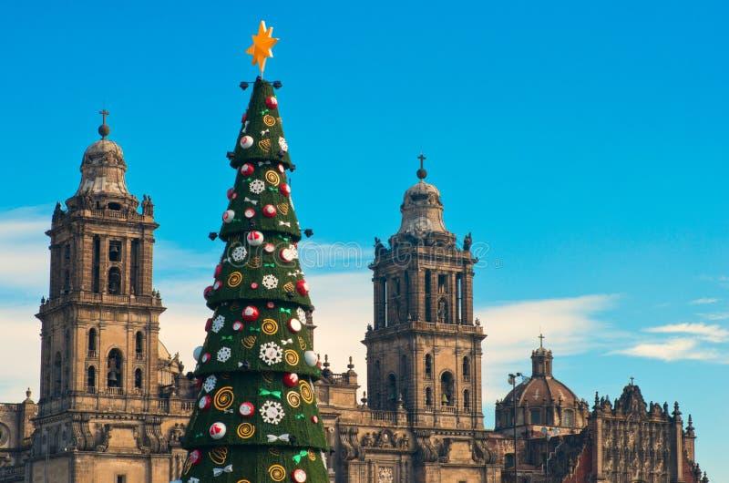 Metropolitaanse Kathedraal en Kerstboomdecoratie in Zocalo Mexico-City royalty-vrije stock foto's