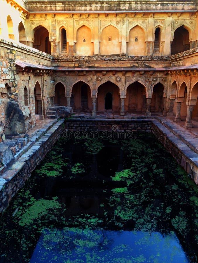 Metropolitana antica bene con uno stagno di acqua a Delhi fotografia stock libera da diritti