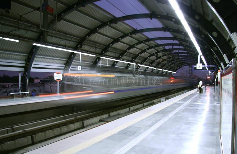 Metropolitana che zuma oltre la stazione, Delhi fotografia stock