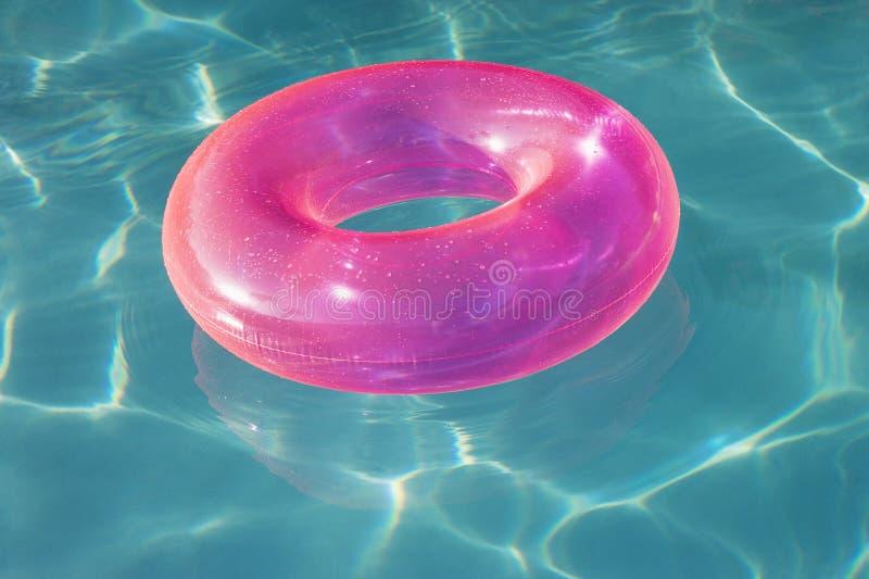 Metropolitana rosa del galleggiante che galleggia nella piscina fotografia stock libera da diritti