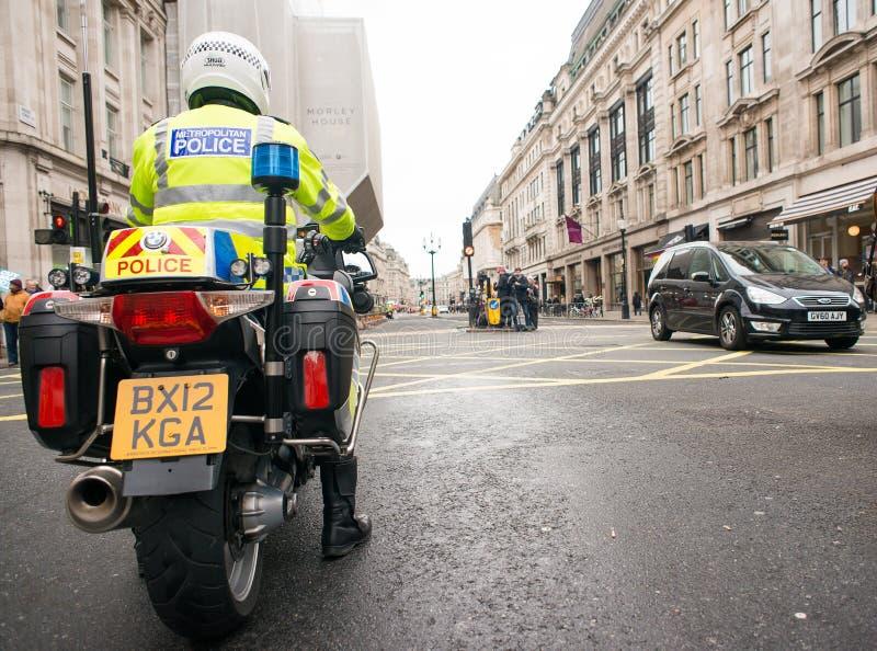 Metropolity motocyklu Milicyjni jeźdzowie eskortują protestacyjną demonstrację w środkowym Londyn, Anglia zdjęcia royalty free