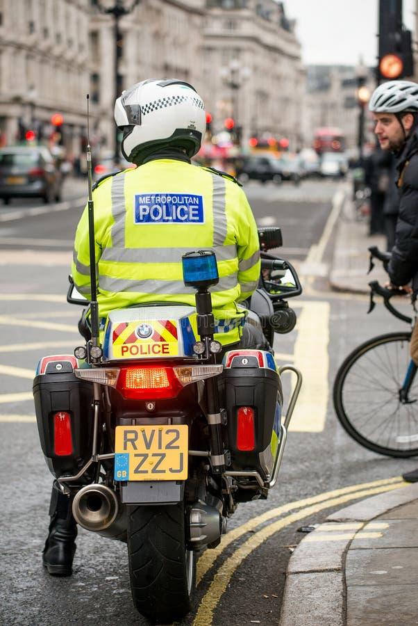 Metropolity motocyklu Milicyjni jeźdzowie eskortują protestacyjną demonstrację w środkowym Londyn, Anglia obrazy stock