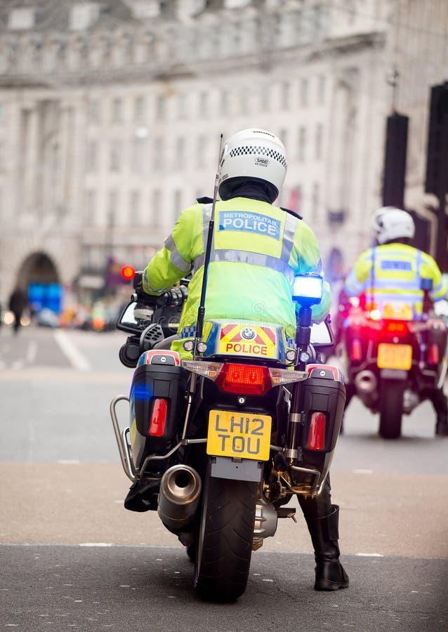Metropolity motocyklu Milicyjni jeźdzowie eskortują protestacyjną demonstrację w środkowym Londyn, Anglia obraz royalty free