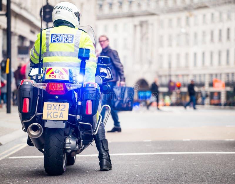 Metropolity motocyklu Milicyjni jeźdzowie eskortują protestacyjną demonstrację w środkowym Londyn, Anglia obrazy royalty free