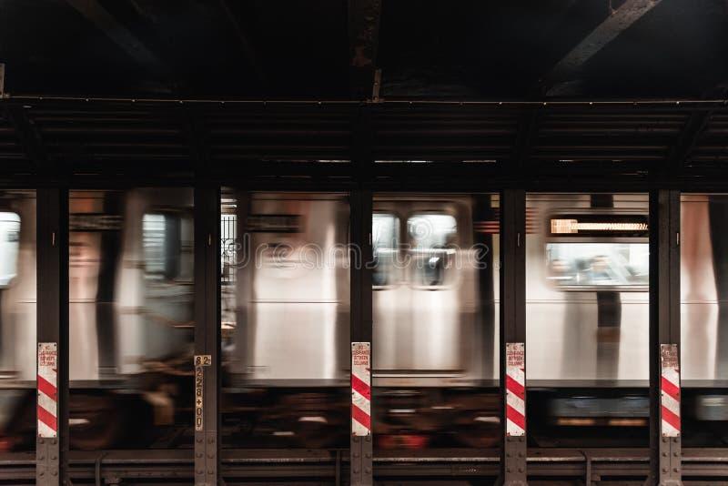 Metropost met het bewegen van trein stock afbeelding