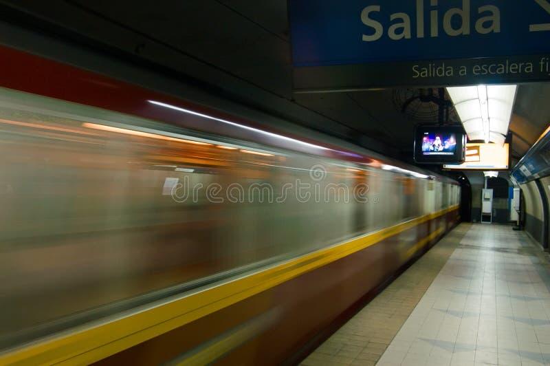 metrorörelsegångtunnel royaltyfri foto