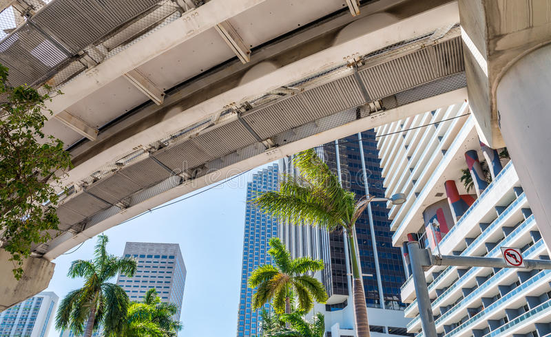 Metrorail e arranha-céus da cidade, Miami - FL imagem de stock
