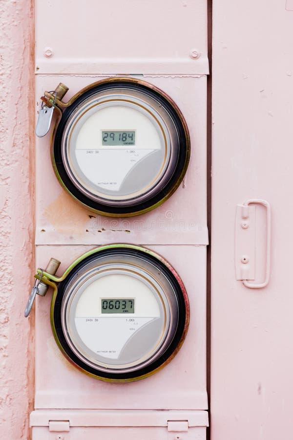 Metros digitales residenciales del vatio-hora de la fuente de alimentación de la rejilla elegante imagen de archivo libre de regalías