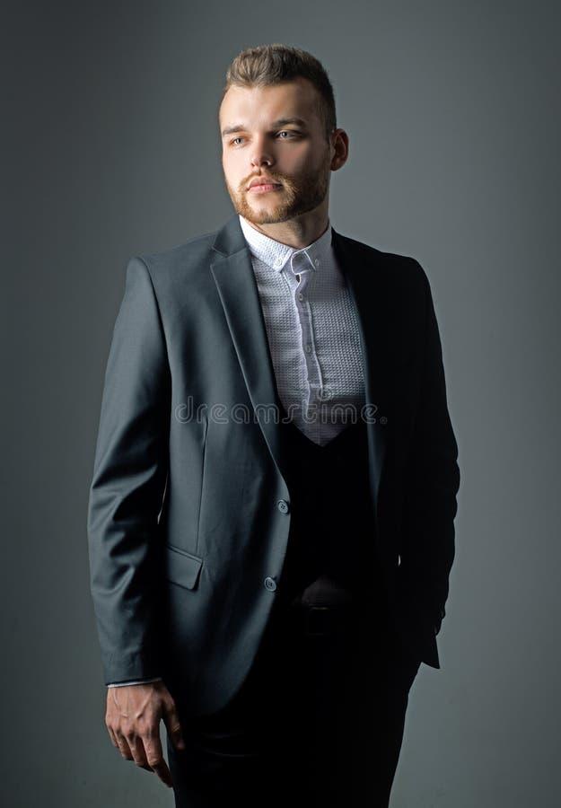 Metrosexual Elegante mens in kostuum De moderne manier van het mensenkostuum Mens in klassiek kostuumoverhemd Zekere zaken Portre royalty-vrije stock foto's