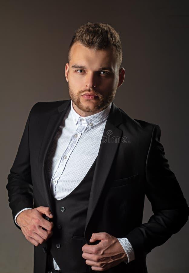 Metrosexual Forma do terno do homem moderno Homem na camisa clássica do terno Retrato do modelo masculino sério considerável Ambi foto de stock