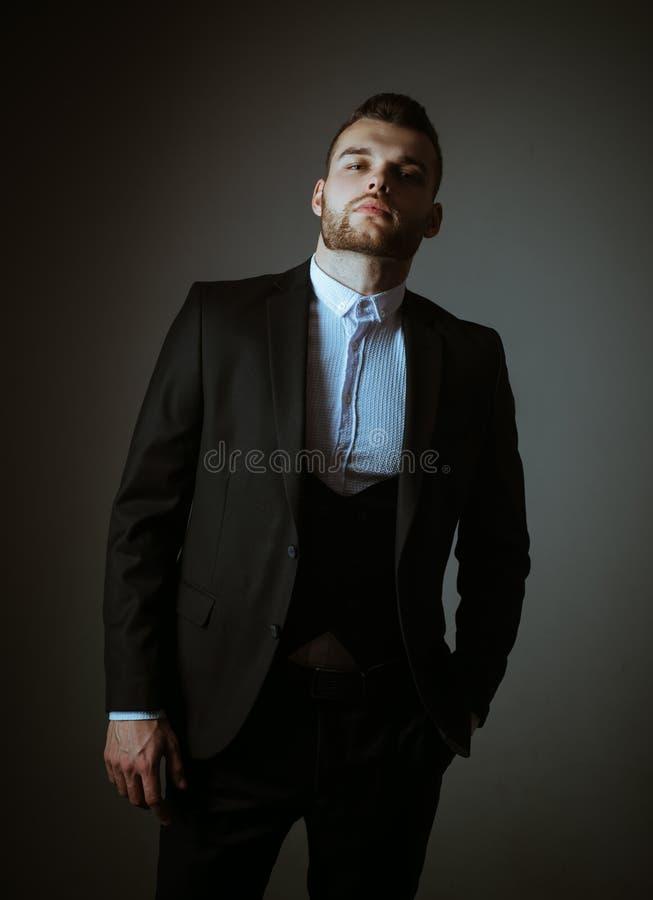 Metrosexual Hombre elegante en traje Hombre moderno en traje rormal Manera masculina Hombre en camisa cl?sica del traje Negocio c fotografía de archivo libre de regalías