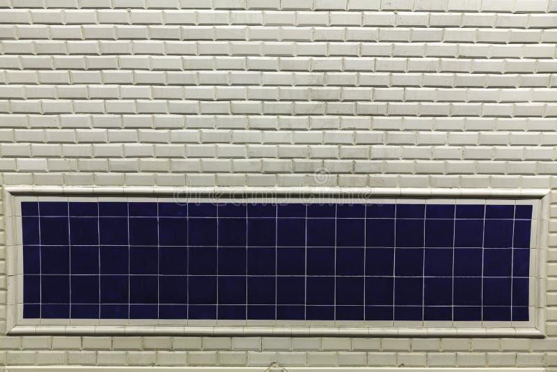Metrostationswand unterzeichnen herein Paris lizenzfreie stockfotografie