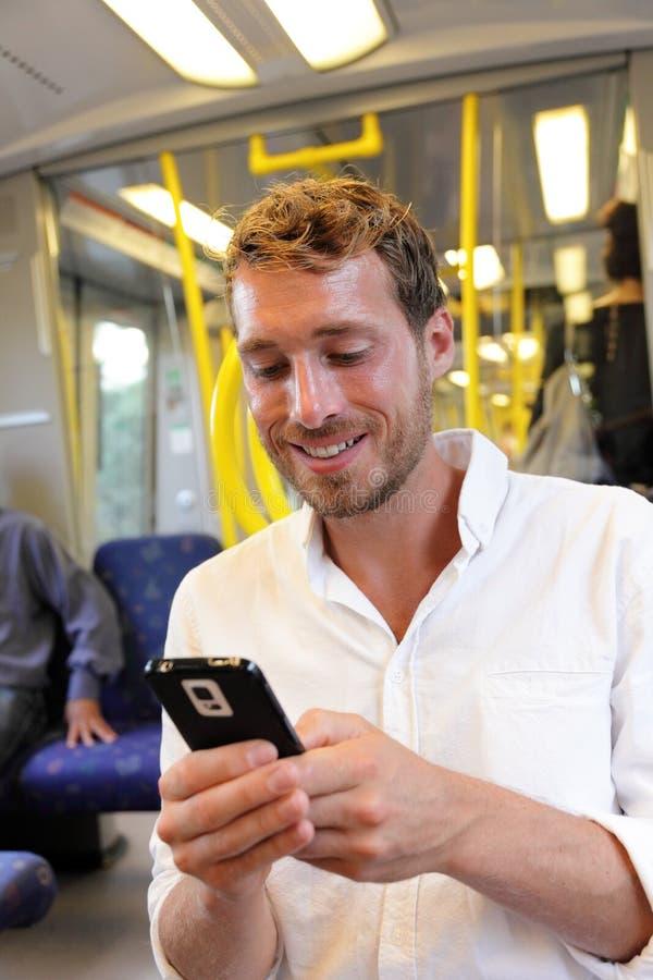 Metrozakenman die sms op smartphone app texting stock fotografie