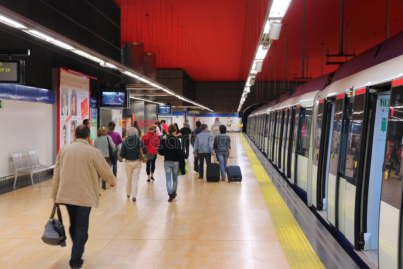 Metrozug in Madrid stockfoto