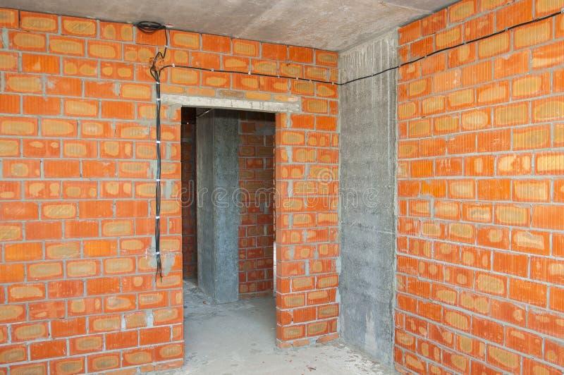Metselaar die nieuw huis met bakstenen muren binnenlandse for Nieuw huis bouwen