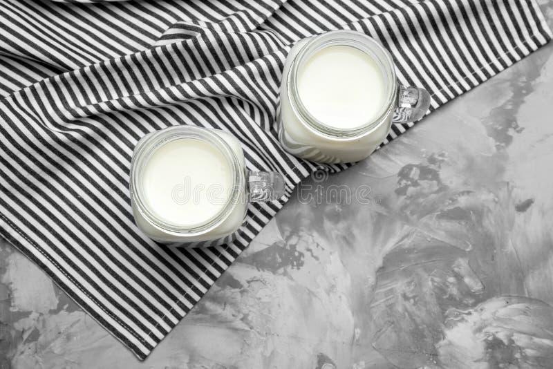 Metselaarkruiken met melk stock afbeelding