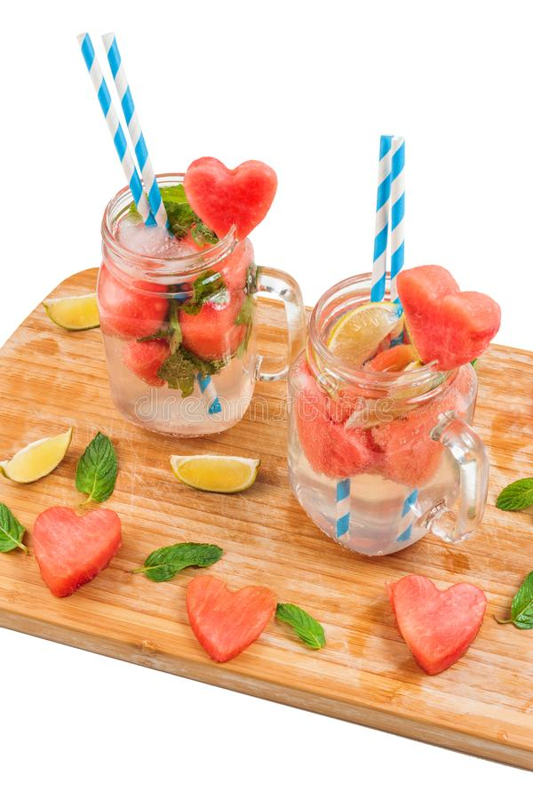 Metselaarkruiken met watermeloendrank op wit stock fotografie