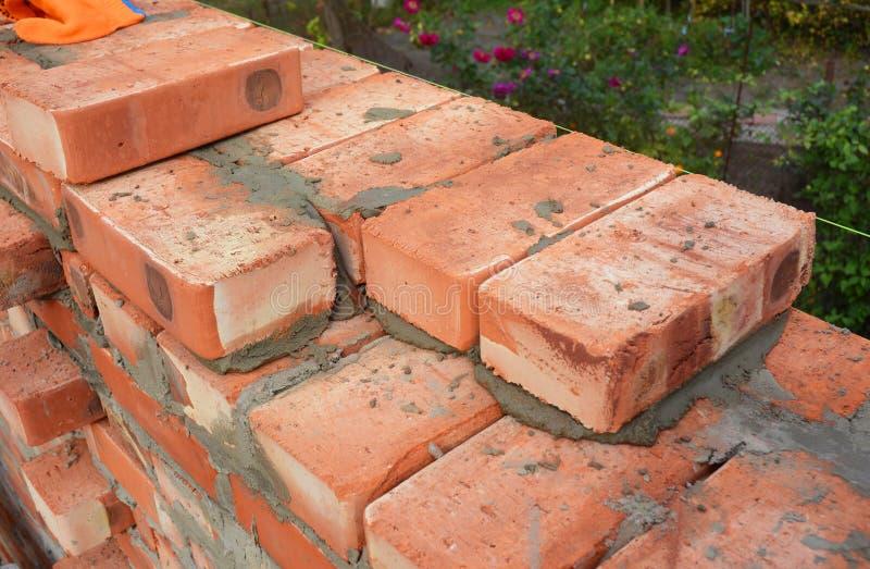 Metselen, Metselwerk Sluit omhoog Metselen op HuisBouwwerf 3 bakstenen muurdikte, blokken stock afbeelding
