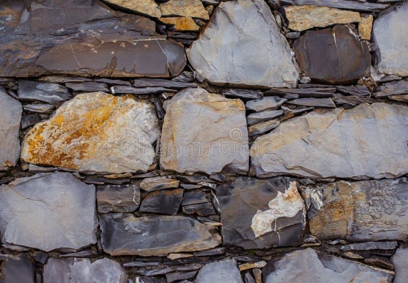 Metselwerkmuren van verschillende gelaagde stenen stock afbeelding