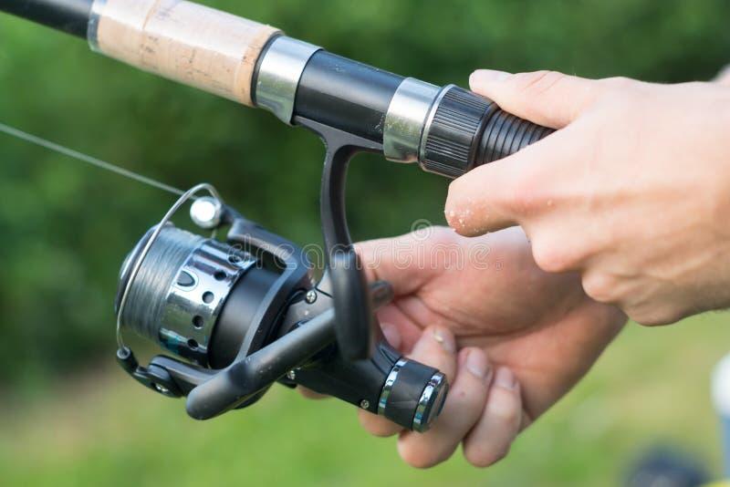 Metspöcloseup i händer av fiskaren royaltyfri bild