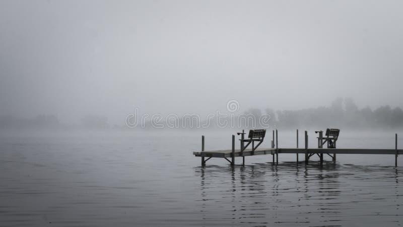 Metta in bacino con i banchi sul lago nebbioso in Bemidji Minnesota immagine stock libera da diritti