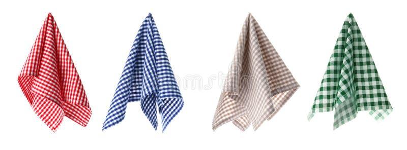 Metta con differenti tovaglioli del tessuto su fondo bianco fotografia stock libera da diritti