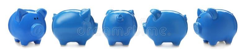 Metta con il porcellino salvadanaio blu dalle viste differenti fotografia stock