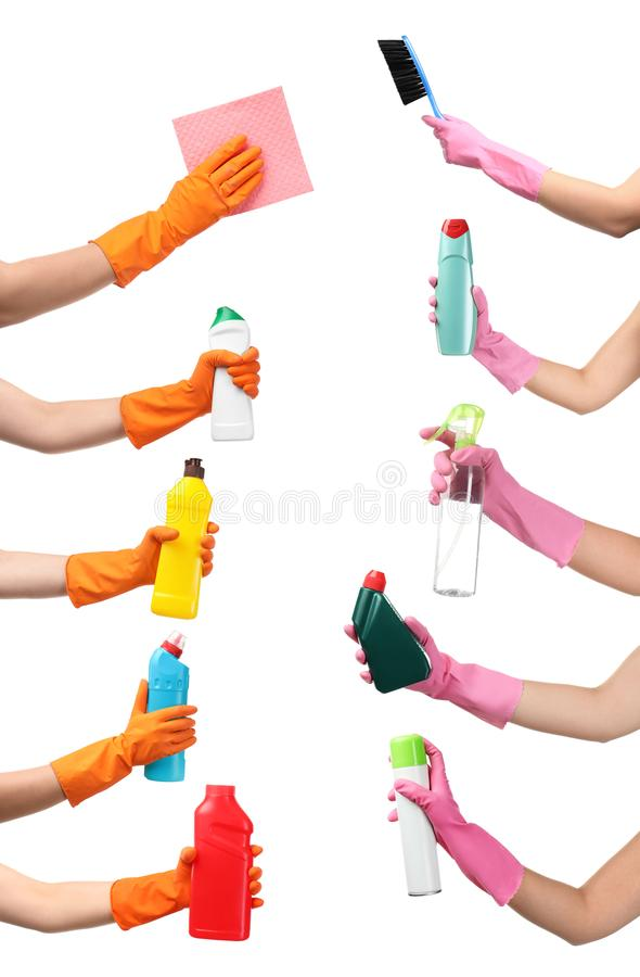Metta con la gente che tiene i rifornimenti di pulizia differenti fotografia stock libera da diritti