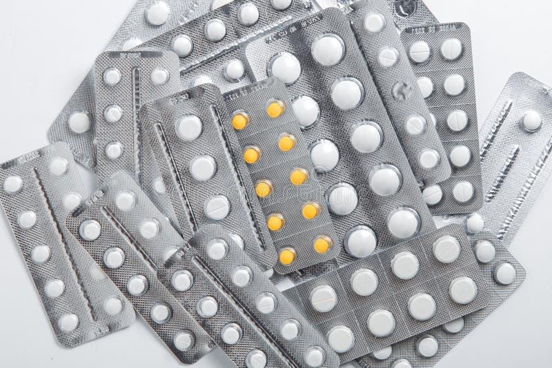 Metta dei blister delle pillole su fondo bianco fotografie stock libere da diritti