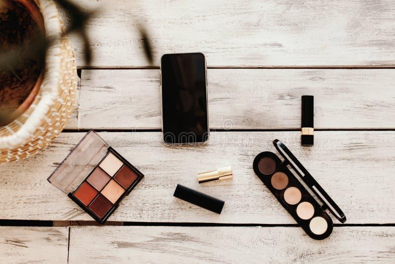 Metta dei cosmetici, degli strumenti di trucco e degli accessori immagini stock
