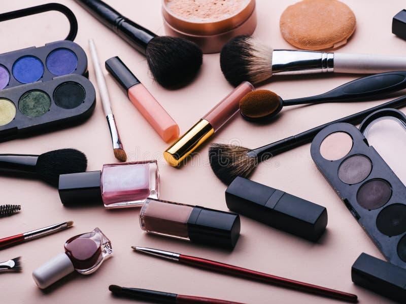 Metta dei cosmetici femminili per trucco dell'occhio, cura del fronte della pelle Prodotti professionali per bellezza su un fondo immagini stock