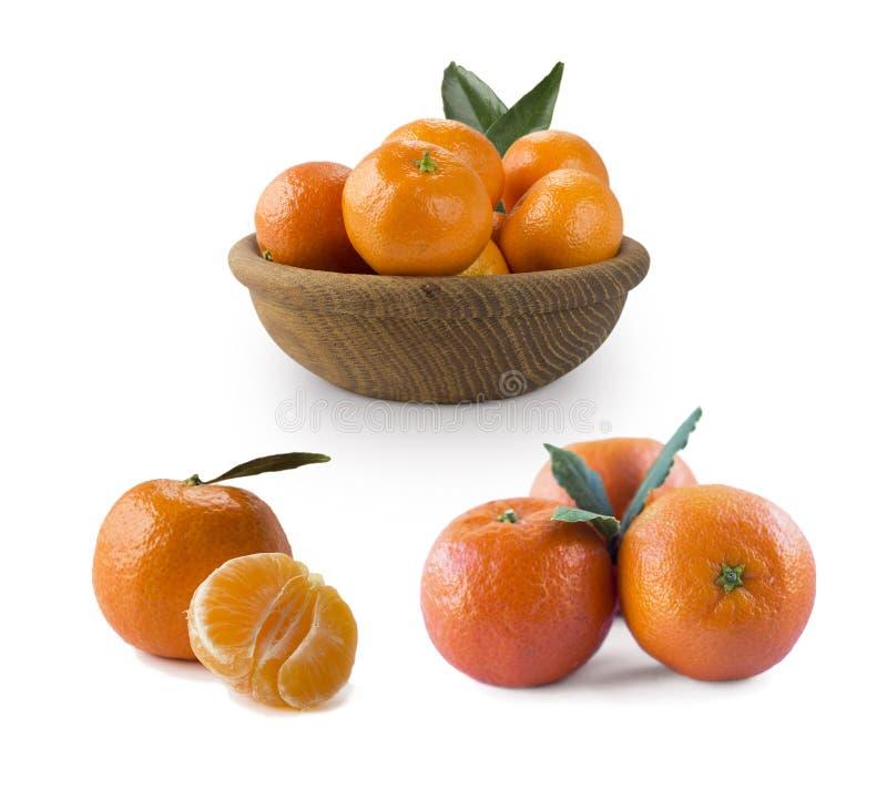 Metta dei mandarini freschi Mandarini maturi e saporiti isolati su fondo bianco Mandarini freschi con lo spazio della copia per t fotografia stock