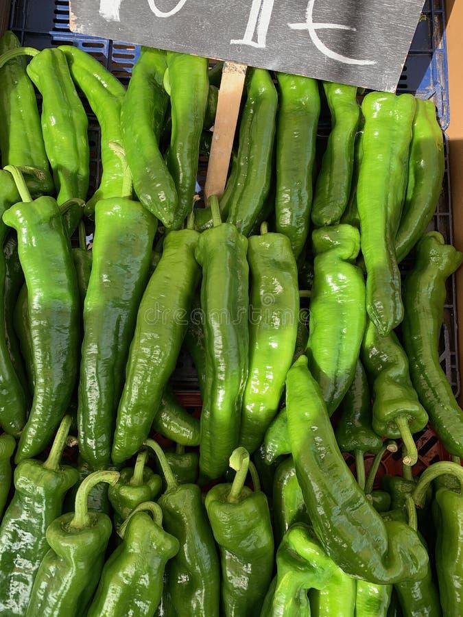 Metta dei peperoni verdi con un manifesto fotografia stock