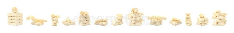 Metta dei riccioli e dei pezzi deliziosi del cioccolato su bianco fotografia stock
