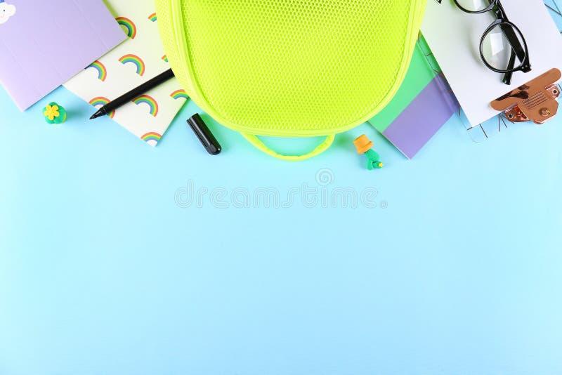 Metta dei rifornimenti di scuola su fondo strutturato di carta fotografia stock