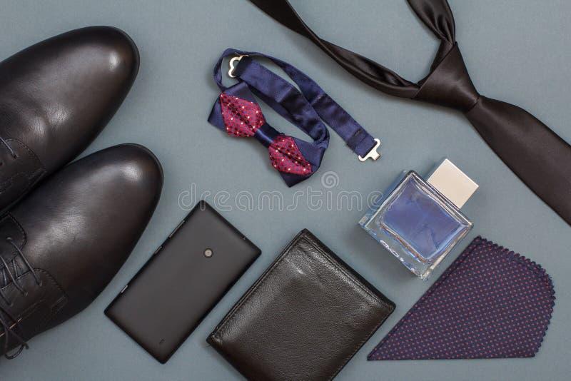 Metta dei vestiti e degli accessori degli uomini nello stile di affari Attributi di lusso dell'uomo d'affari immagini stock libere da diritti