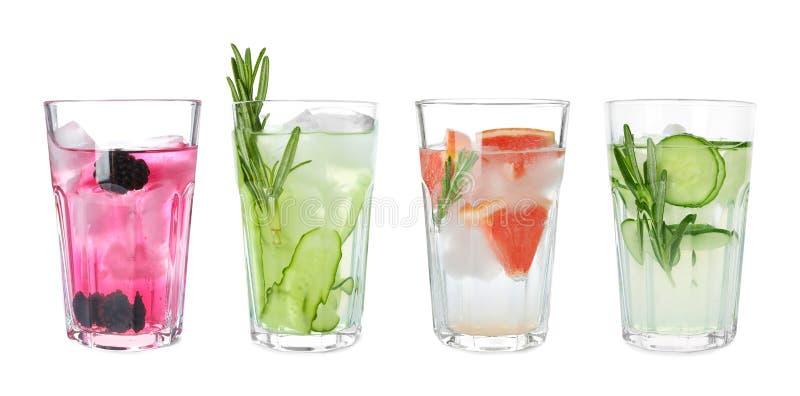 Metta dei vetri con differenti bevande di rinfresco fotografia stock libera da diritti