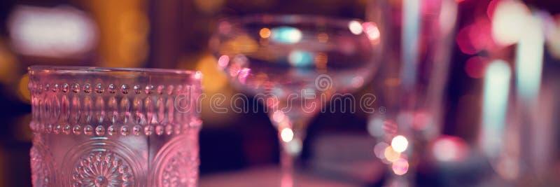 Metta dei vetri per le bevande della barra fotografie stock
