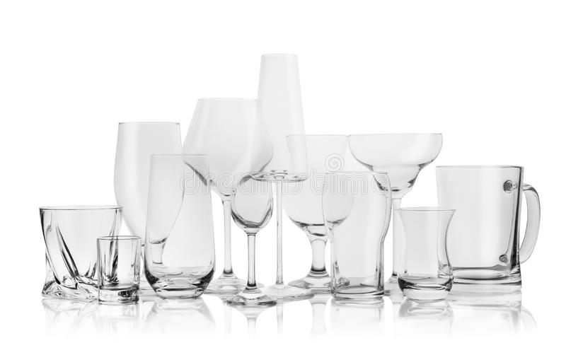 Metta dei vetri vuoti per le bevande differenti immagini stock libere da diritti