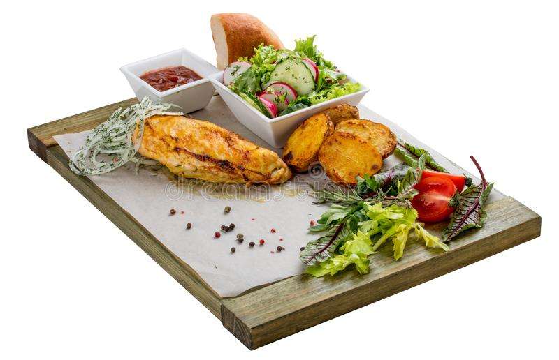 Metta del raccordo al forno del pollo, dell'insalata di verdure, delle patate e della salsa fotografia stock libera da diritti