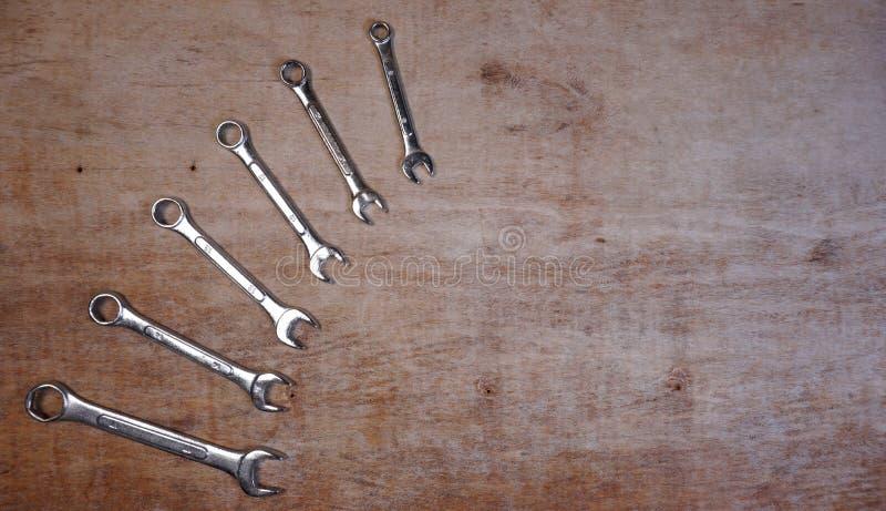 Metta dell'insieme dell'incavo isolato strumenti meccanici di varietà su un fondo di legno con lo spazio della copia per il vostr fotografie stock