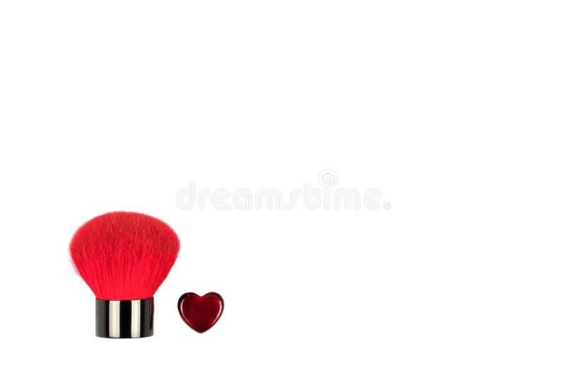 Metta della spazzola e del cuore della polvere come simbolo di bellezza per il giorno di S. Valentino Isolato su bianco fotografie stock libere da diritti