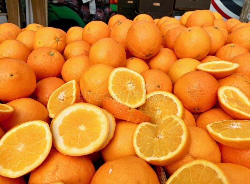 Metta delle arance nel mercato immagini stock