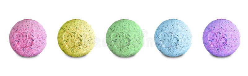 Metta delle bombe colorate del bagno isolate su fondo bianco fotografia stock